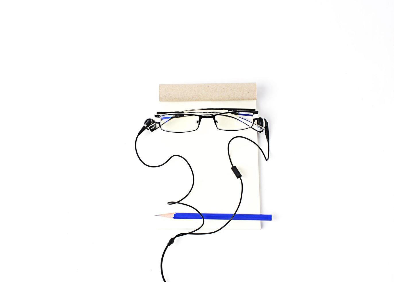 idea creativa che gli uomini affrontano con gli occhiali e la matita blu e il blocco note con l'auricolare foto