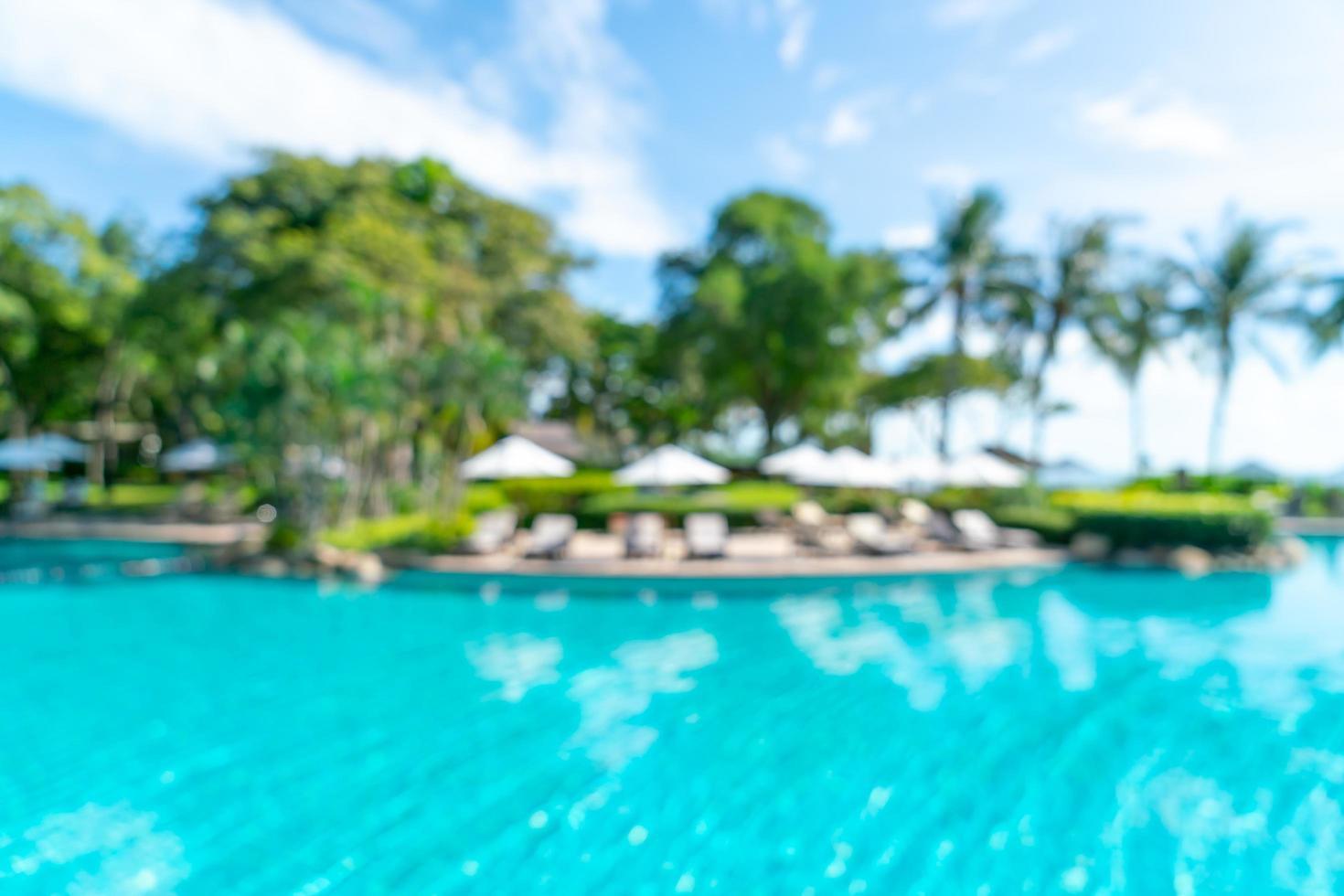 sfocatura astratta piscina del letto intorno alla piscina in un resort di hotel di lusso per lo sfondo - concetto di vacanza e vacanza foto