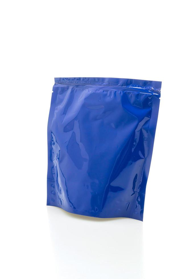 sacchetto di plastica blu per imballaggio isolato su sfondo bianco foto
