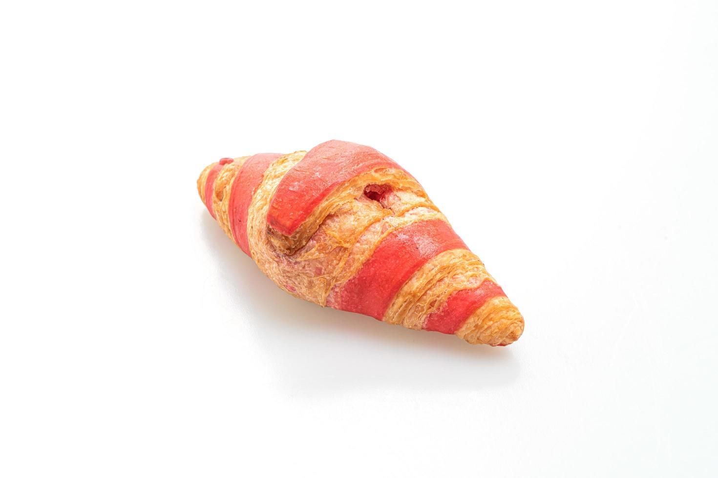 croissant fresco con salsa di marmellata di fragole isolato su sfondo bianco foto