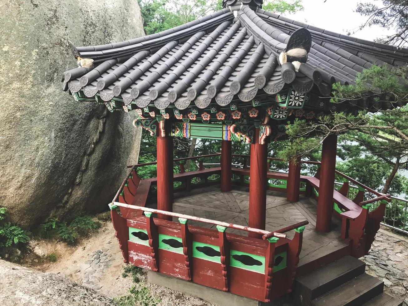 pergolato tradizionale coreano nel parco della città di sokcho, corea del sud foto