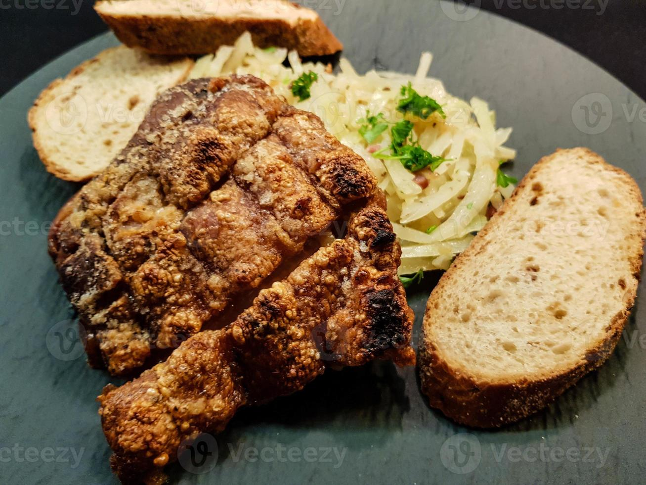 Stinco di maiale con crauti e pane foto