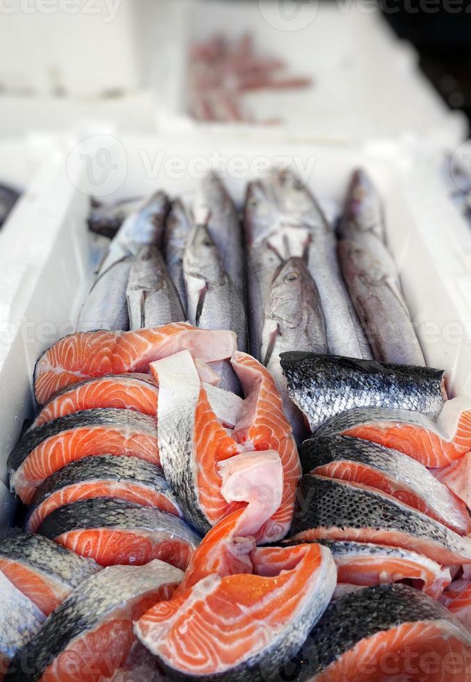 cibo per pesci in una bancarella del mercato del pesce foto