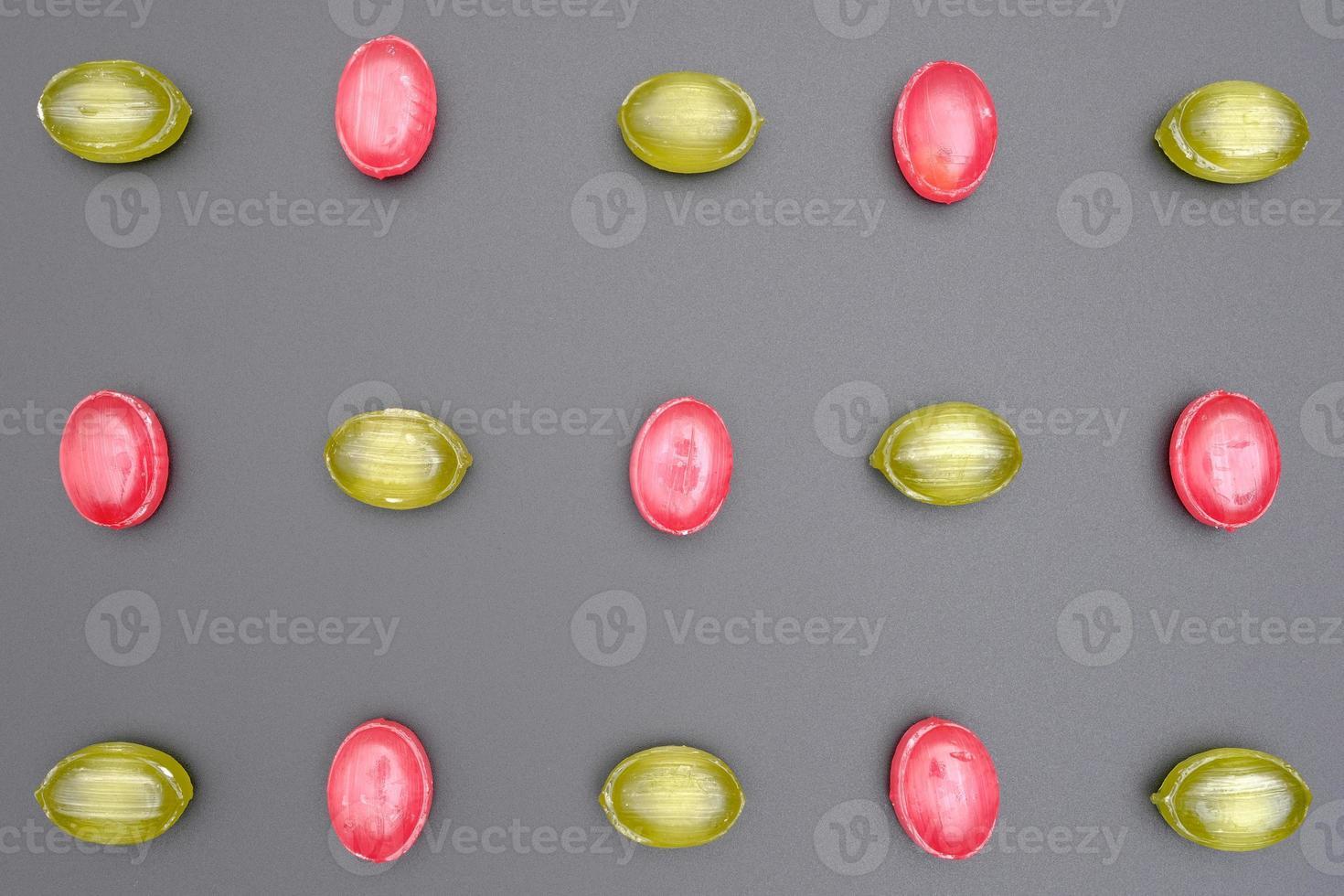 modello di caramelle al caramello lucido di forma ovale rossa e verde foto