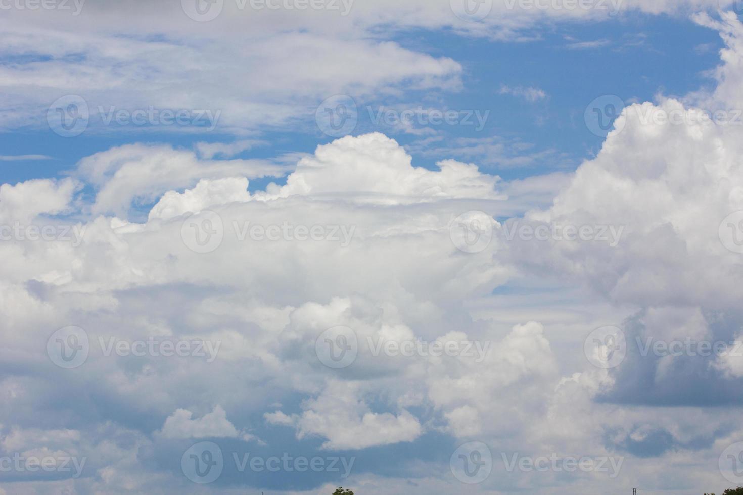cielo blu con nuvole in primo piano, con copyspace foto