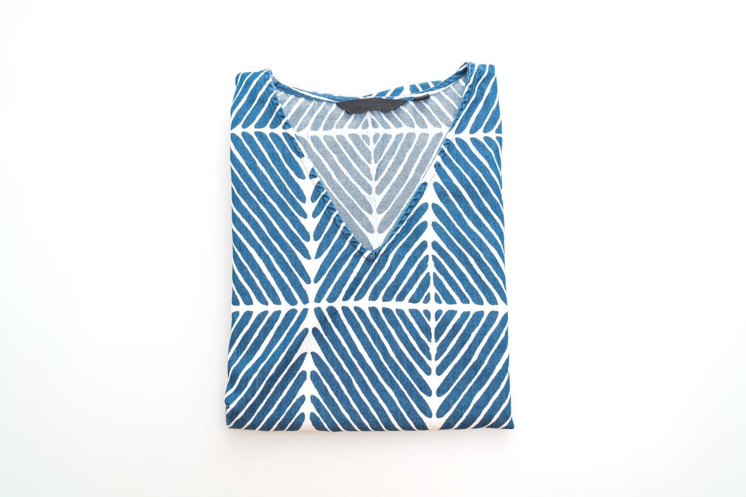 t-shirt blu con striscia bianca isolata su sfondo bianco foto