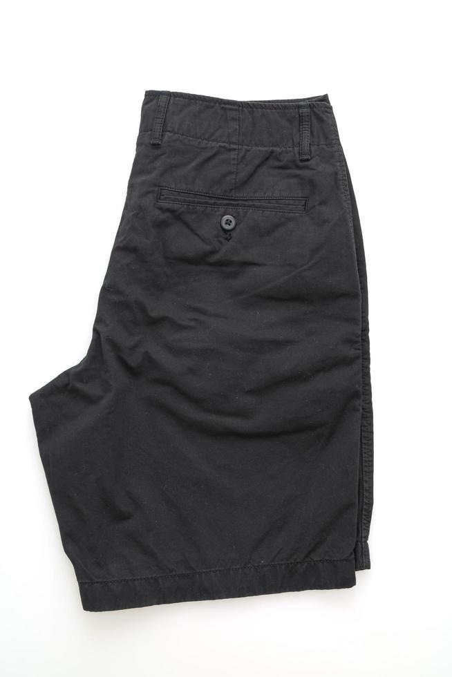 pantaloni corti neri piegati isolati su sfondo bianco foto