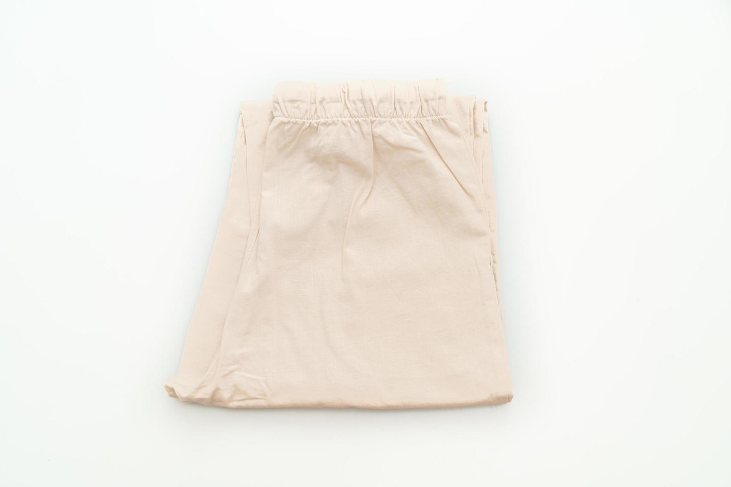 pantalone beige piegato isolato su sfondo bianco foto