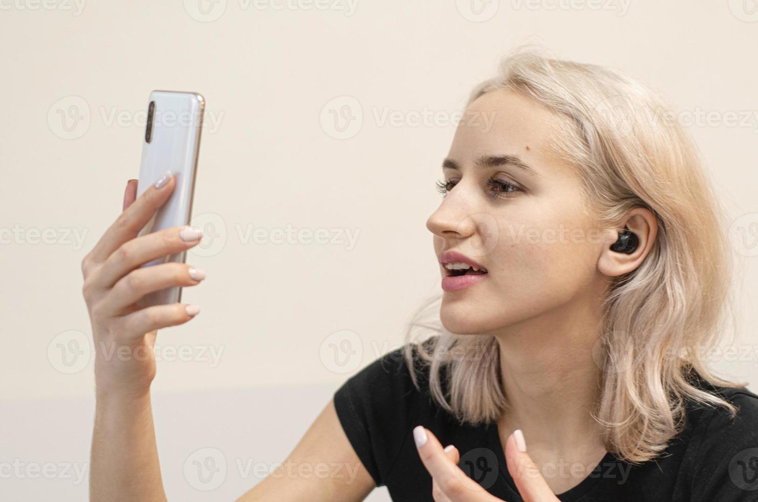 ragazza comunica tramite videochiamata. cuffie senza fili. foto