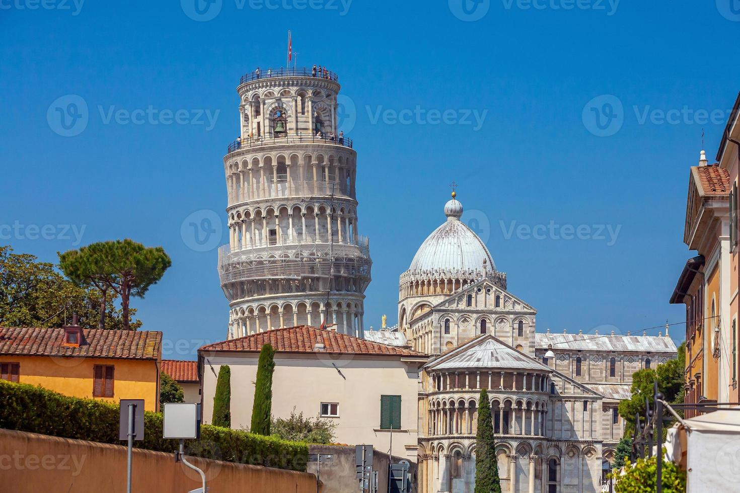 la torre pendente, paesaggio urbano di skyline del centro città di pisa in italia foto