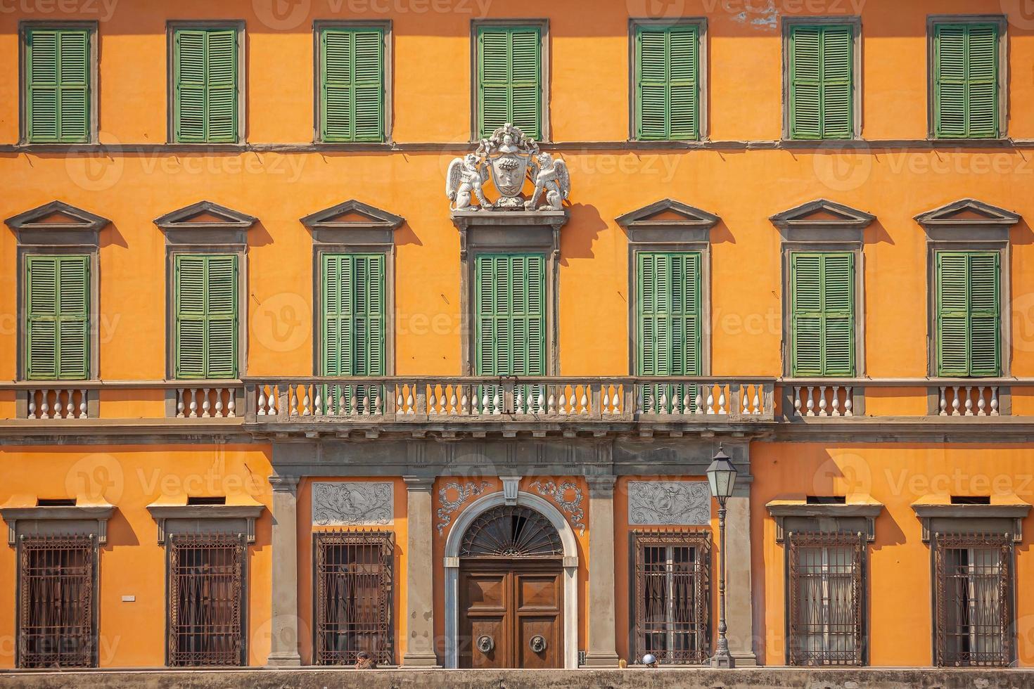 decorazione della facciata nello skyline del centro della città di pisa, italia foto