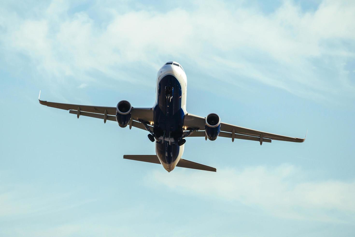 un aereo commerciale in decollo foto