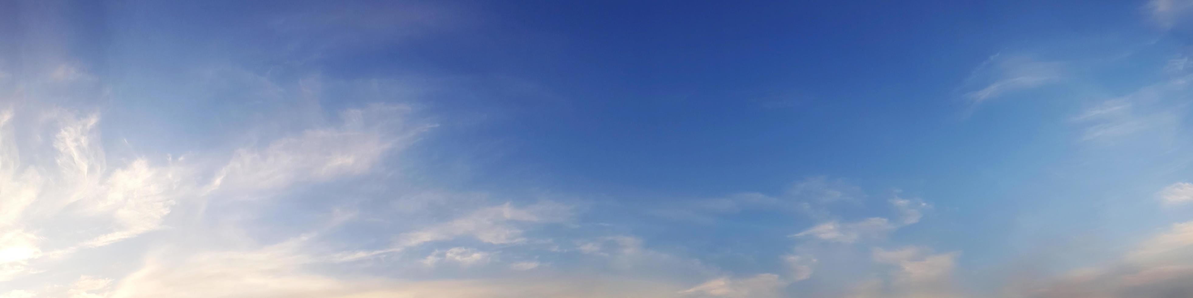 cielo panoramico dai colori vivaci con nuvole in una giornata di sole. foto
