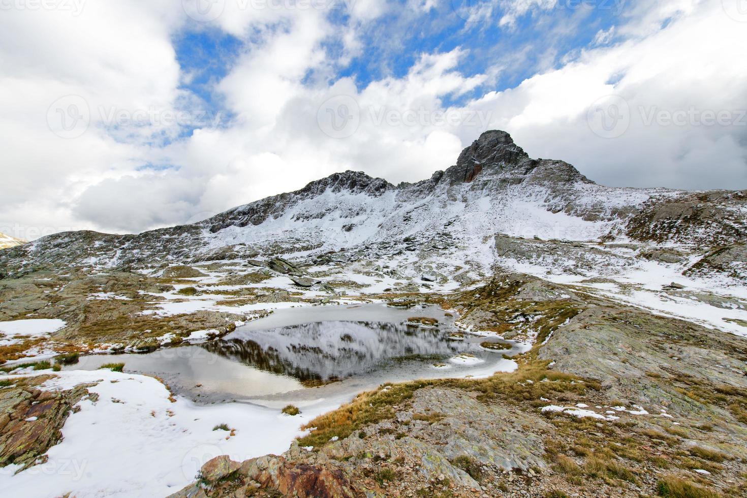 paesaggio di montagna all'inizio dell'autunno foto