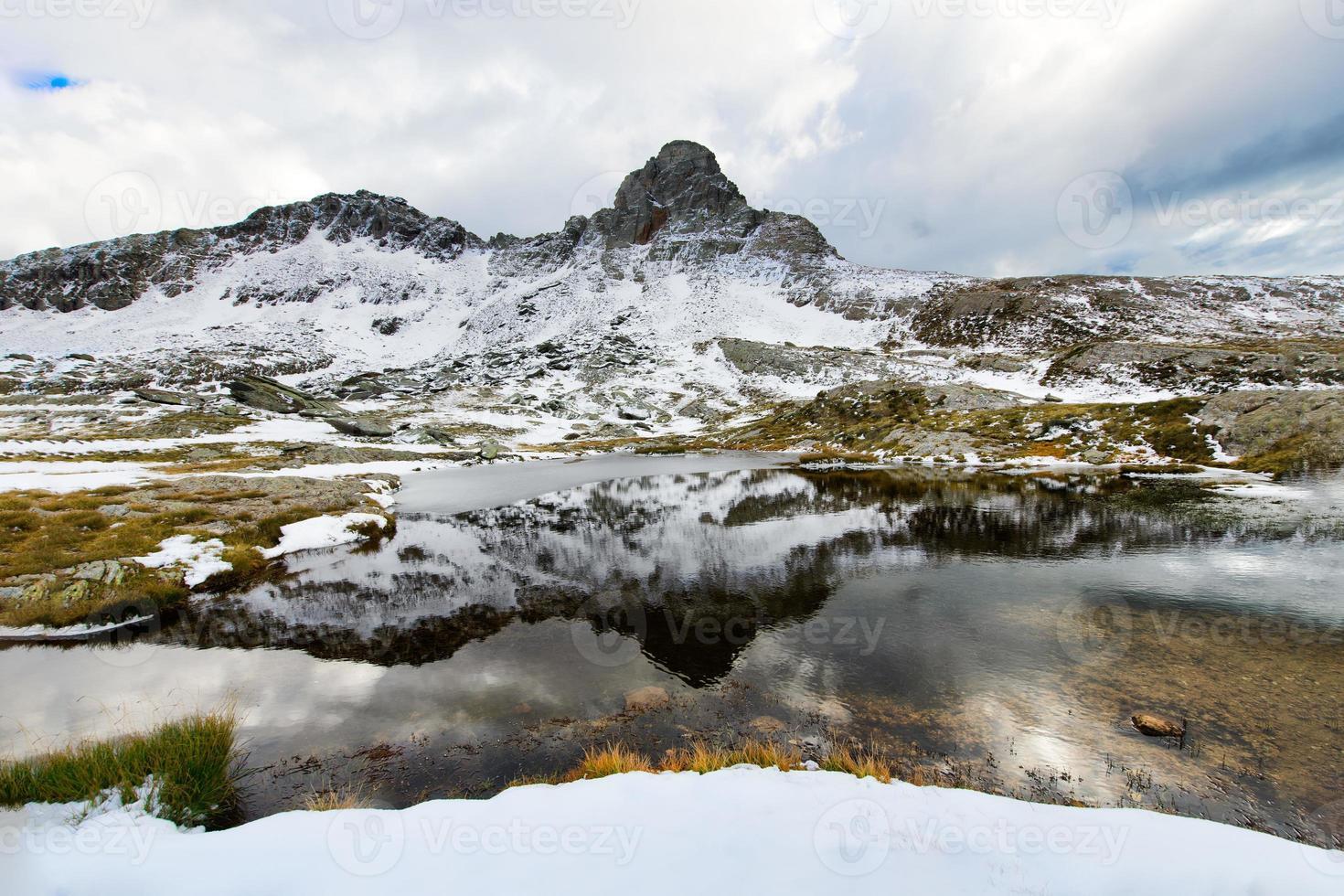 idilliaco lago di montagna foto