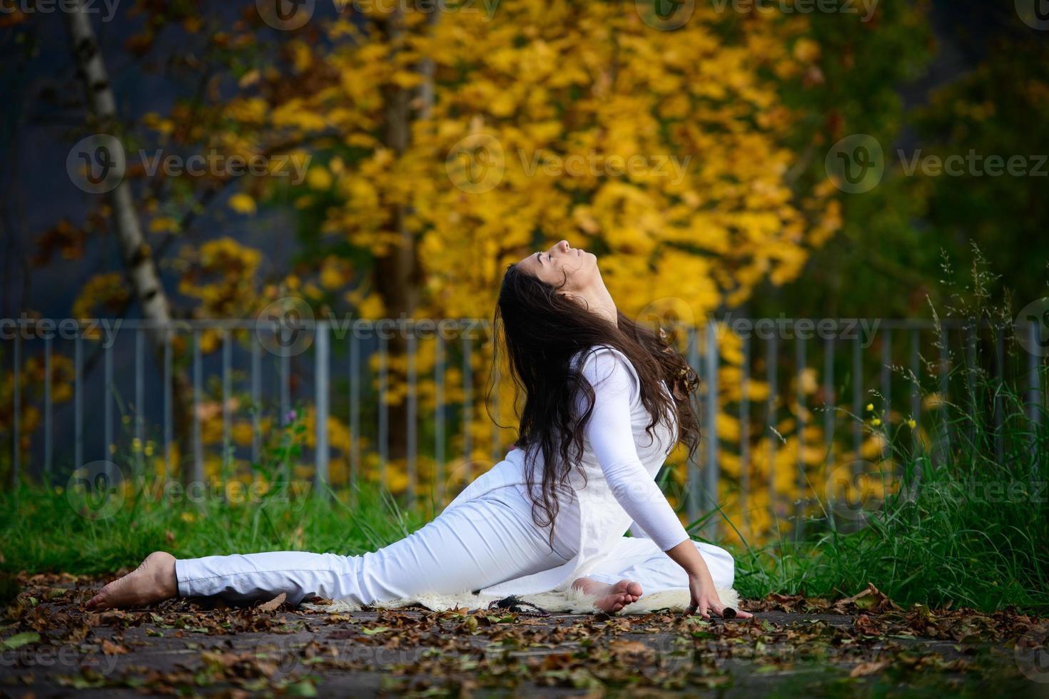 giovane donna in posizione yoga nel parco foto