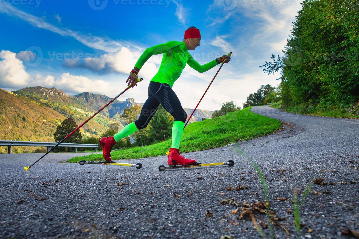 allenare un atleta sui pattini a rotelle. simula lo sci nordico foto