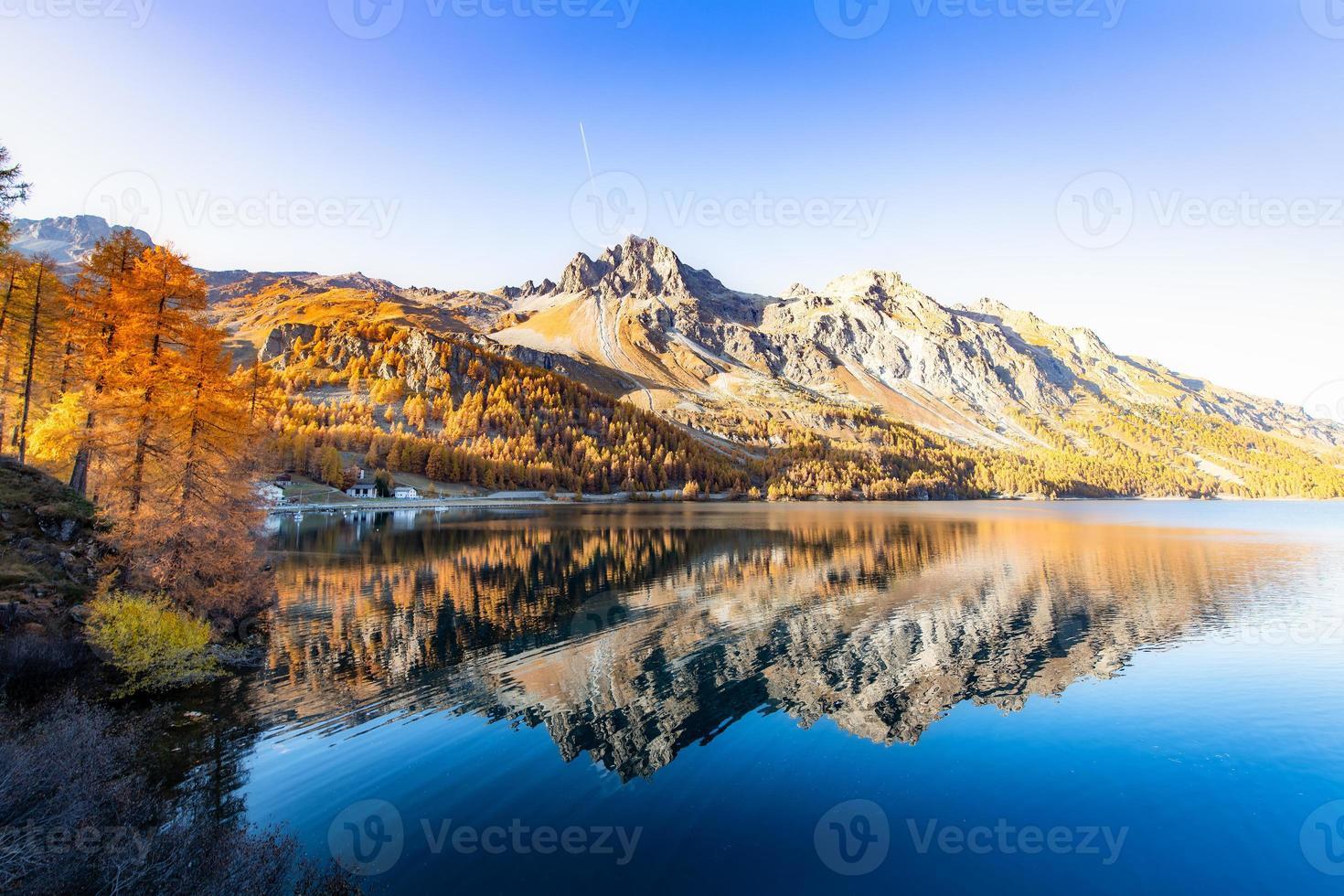 paesaggio alpino svizzero con un lago engadinese e una montagna a specchio foto