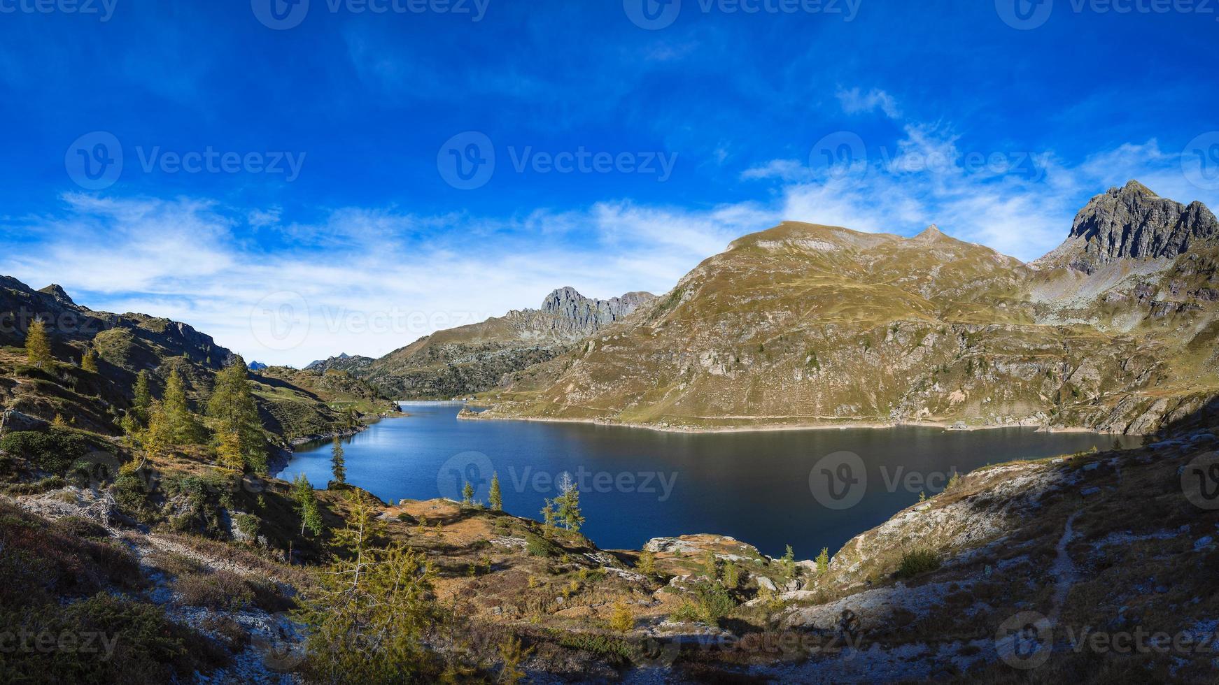 laghi gemelli. lago alpino delle alpi orobias nel nord italia. foto