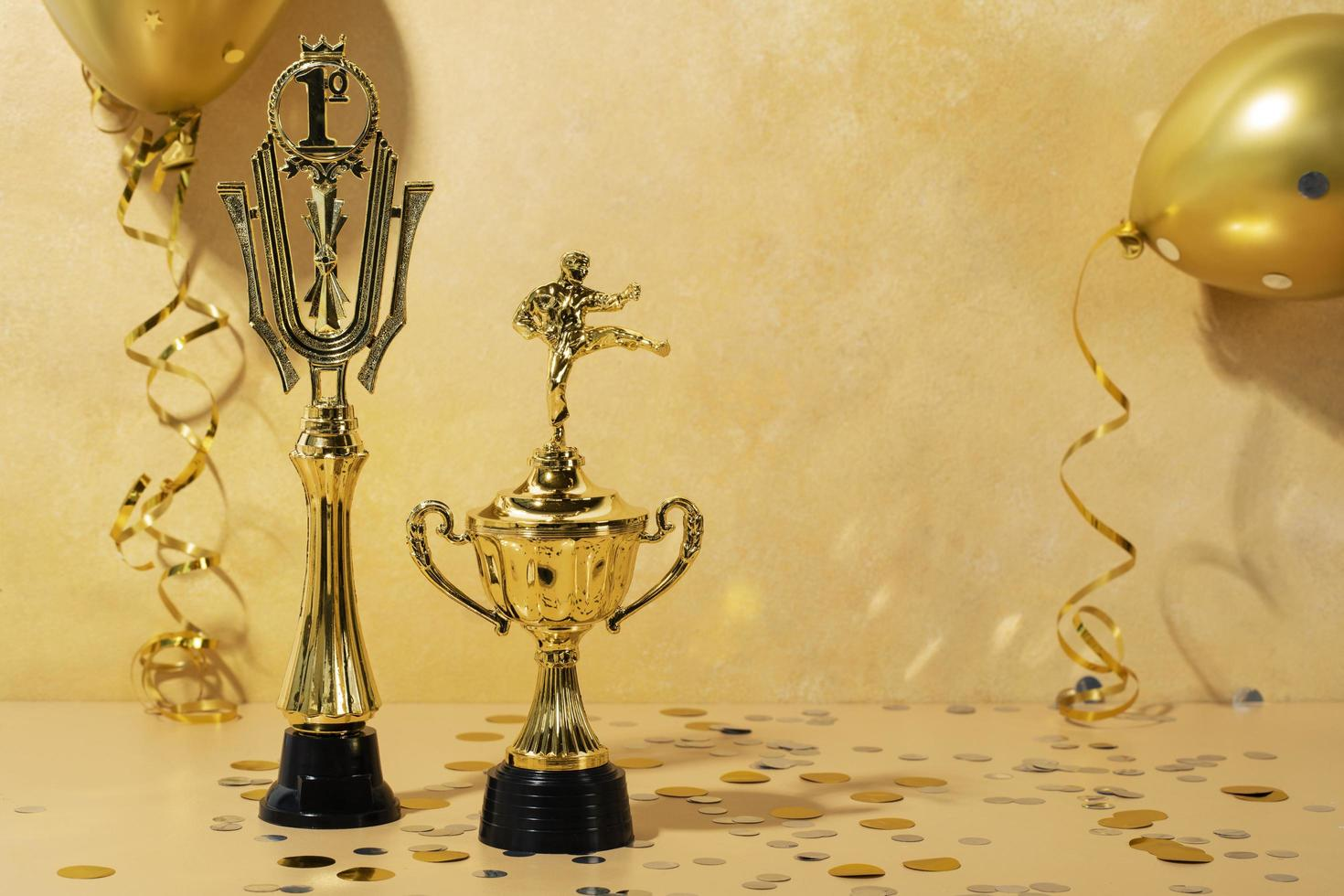 concetto di vincitore con persone d'oro foto