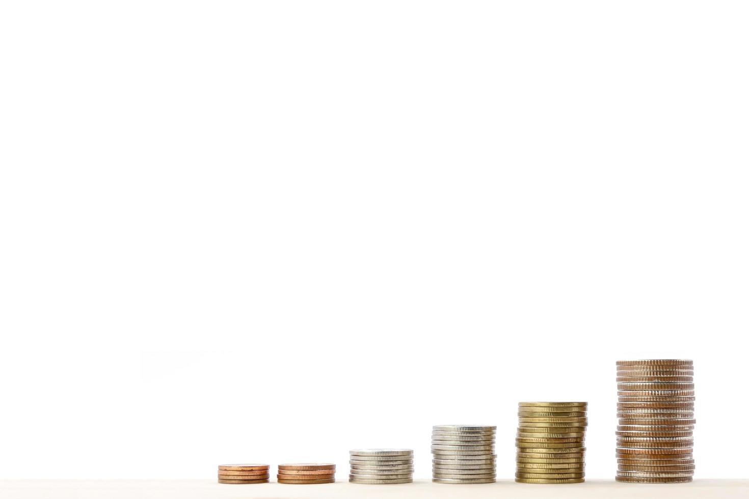 pila di monete isolate su priorità bassa bianca. foto