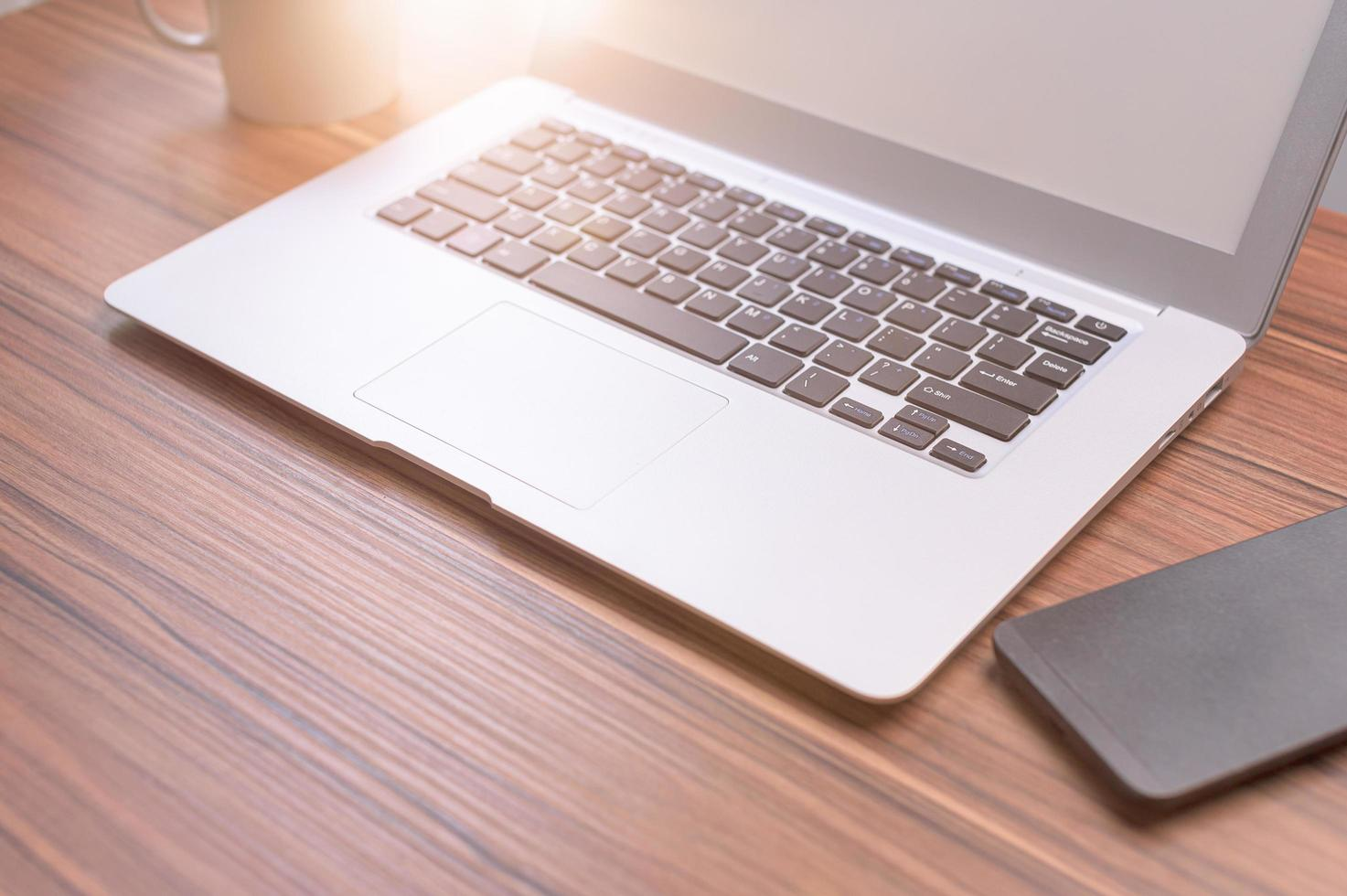 computer portatile alla scrivania foto