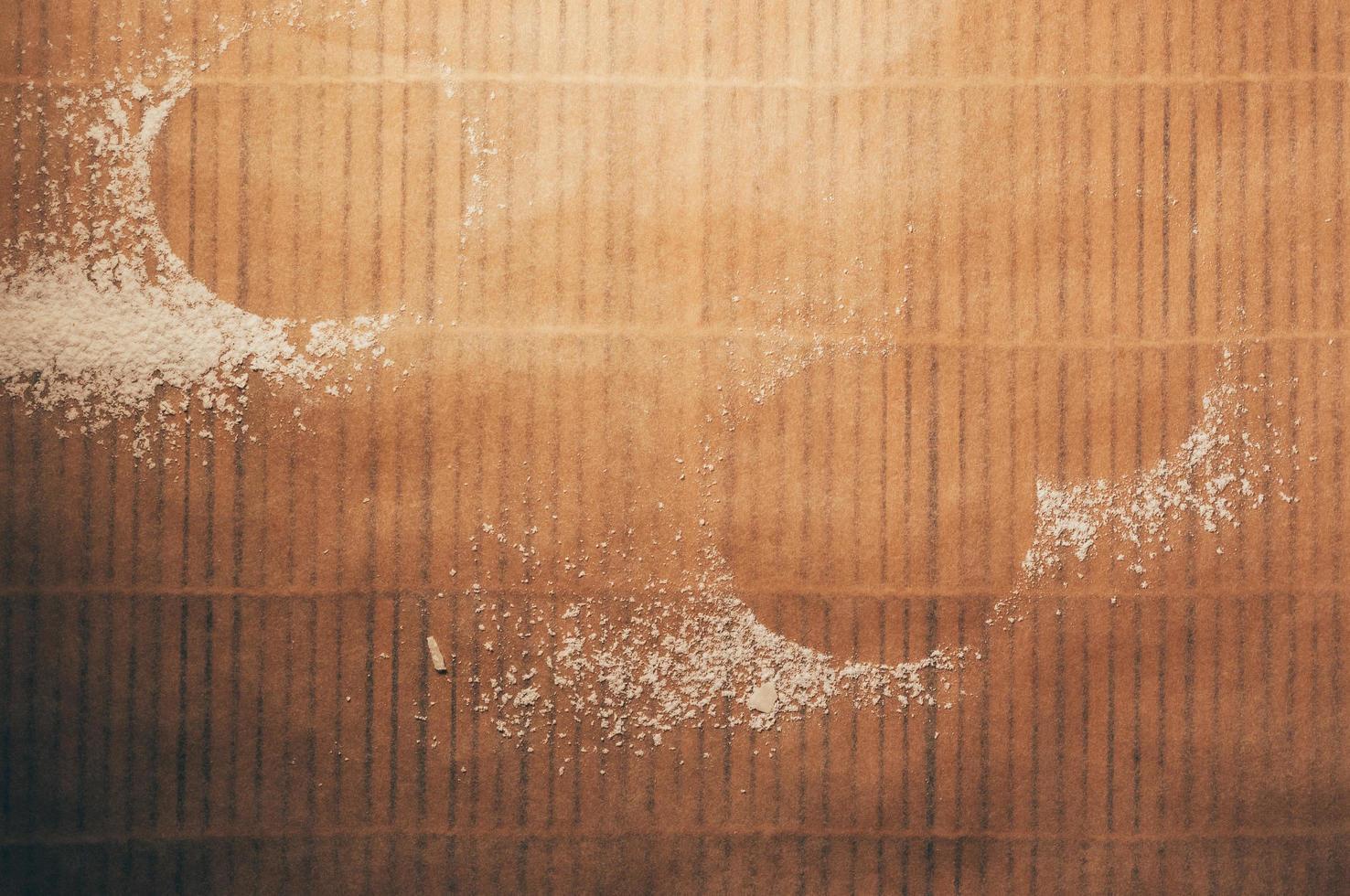 spazio vuoto da biscotti rotondi formati da farina sul tavolo foto