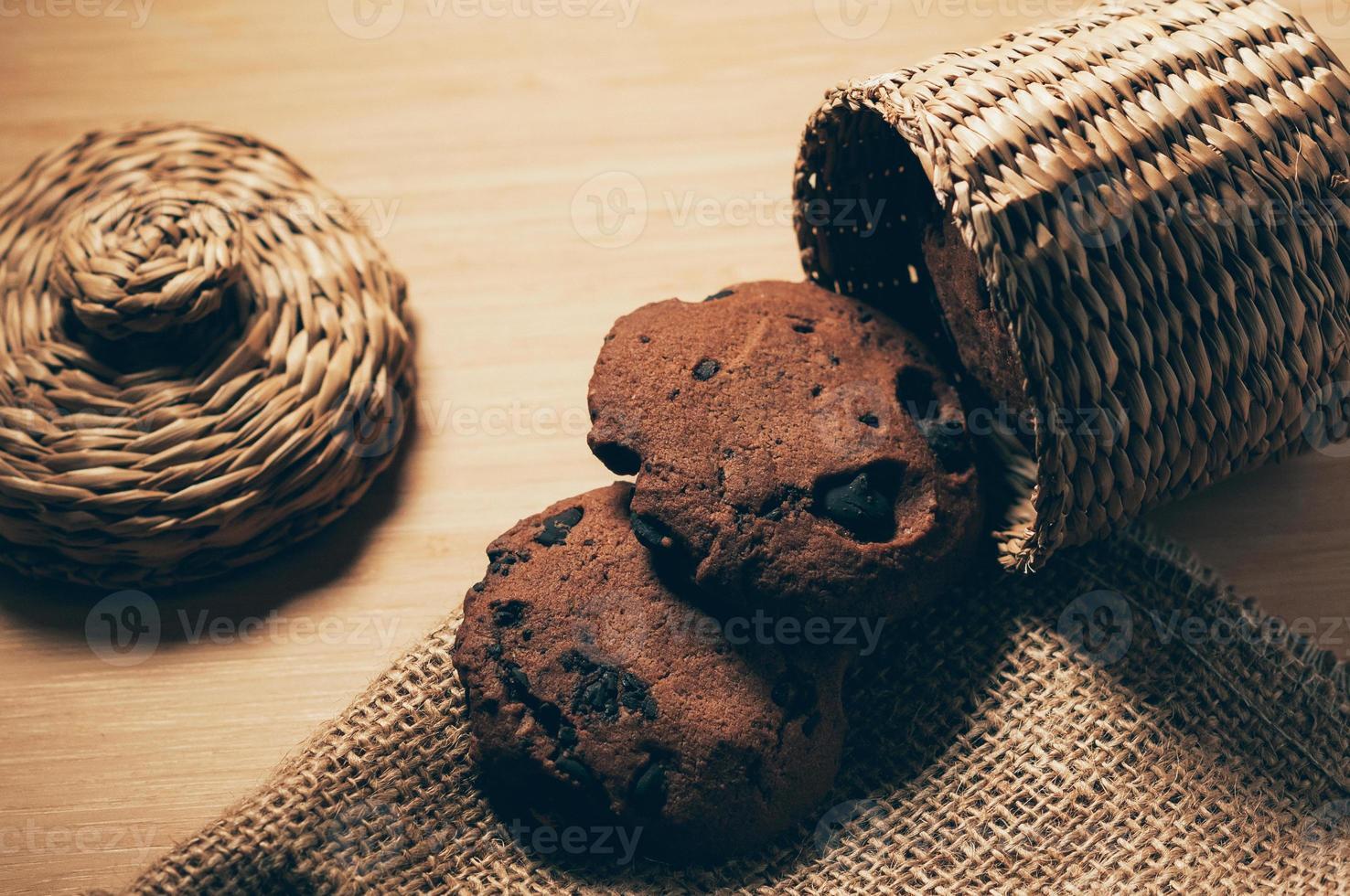 biscotti al cioccolato in tavola, allestimento decorativo foto