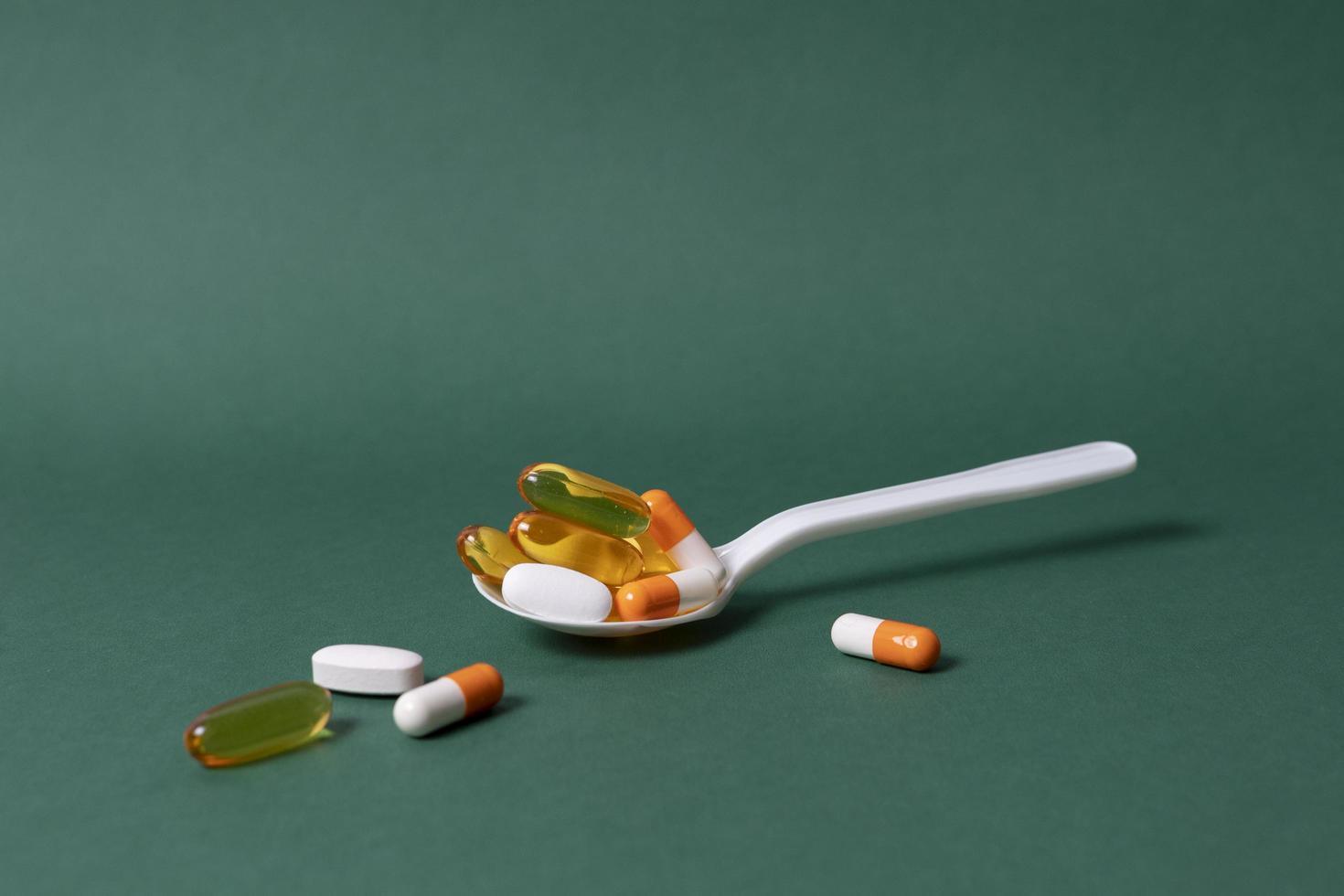 cucchiaio ad alto angolo con diverse pillole foto