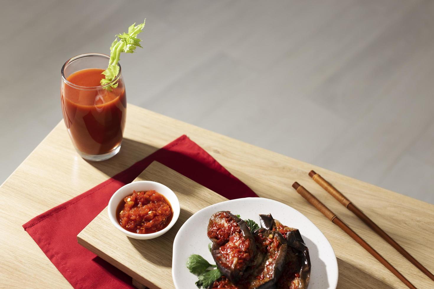 il pasto nutriente con arrangiamento di sambal foto