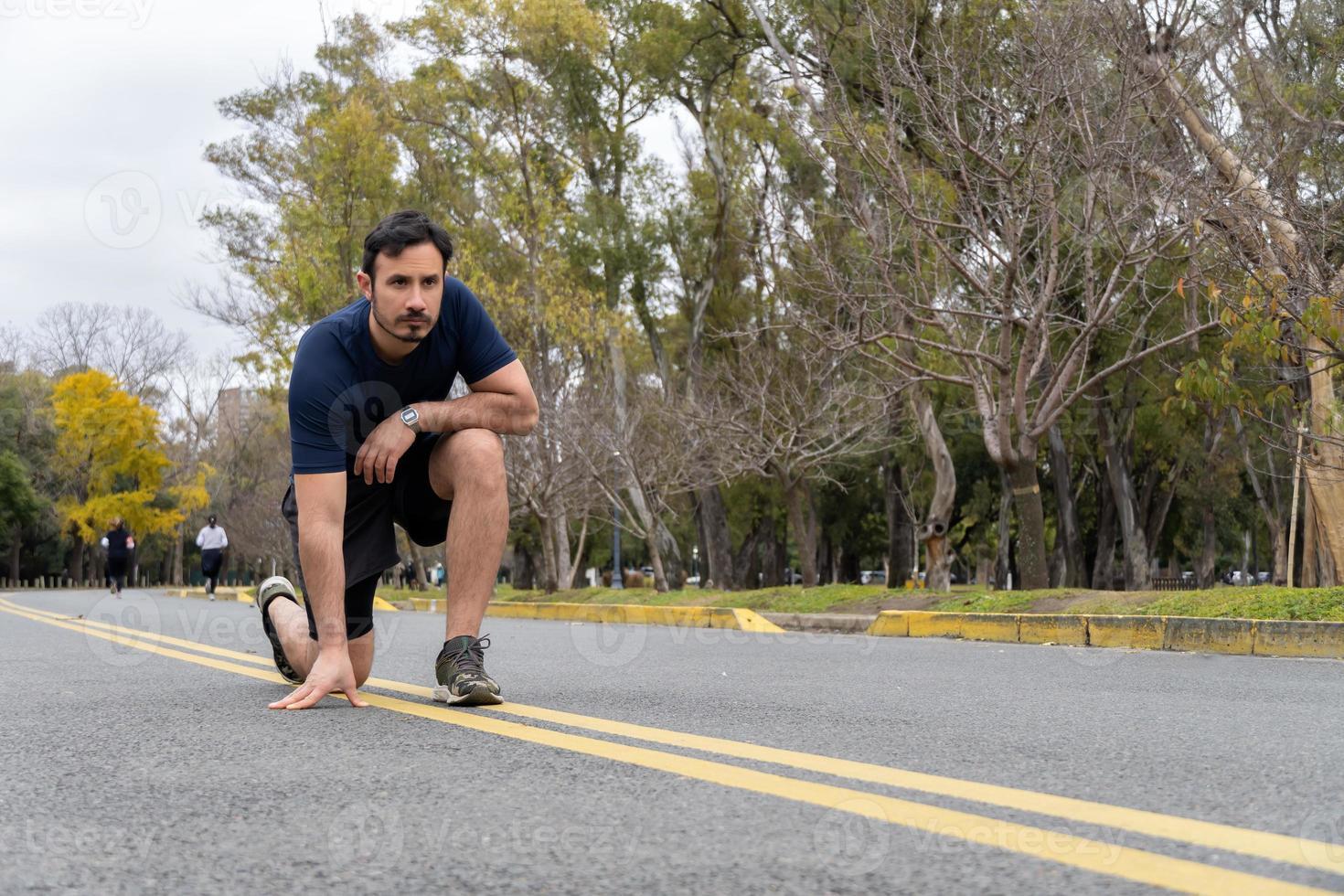 l'uomo si prepara per fare jogging nel parco, vista a filo foto