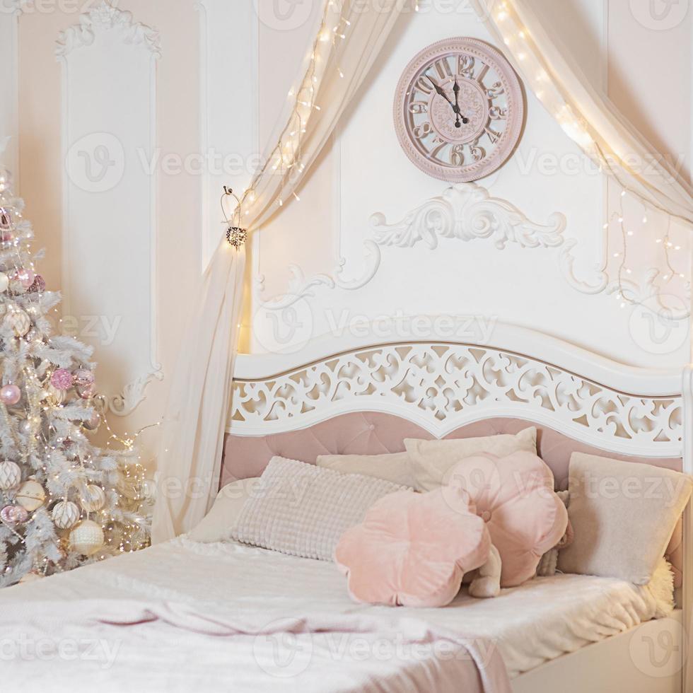 capodanno e natale. albero di natale vicino al letto in camera da letto.. foto