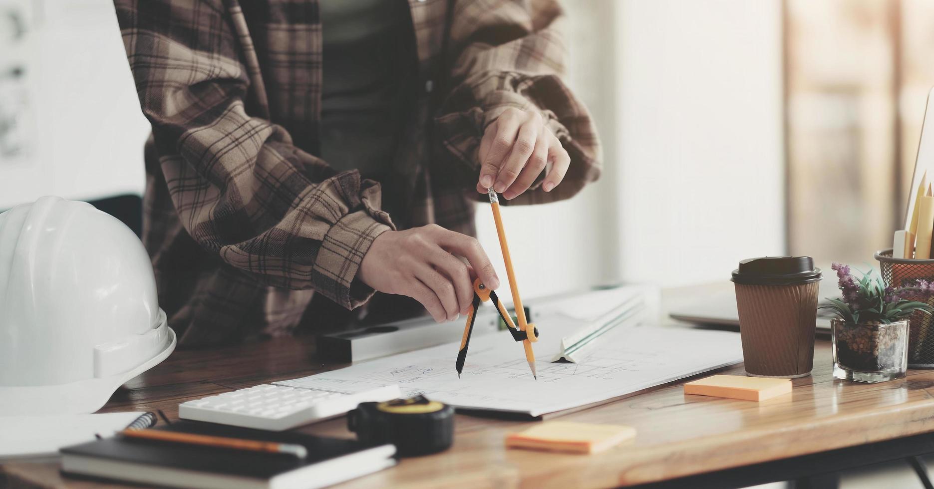 architetti concettuali, ingegnere che tiene la penna che indica gli architetti di apparecchiature foto