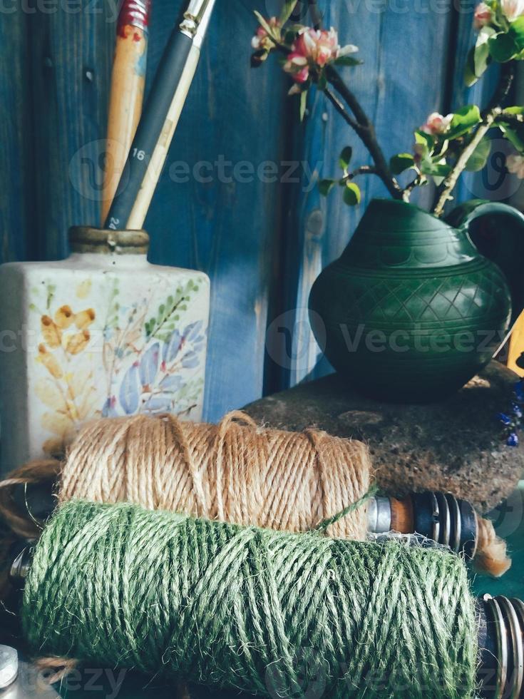 natura morta composizione floreale bobina da cucire verde, ramo di mela foto