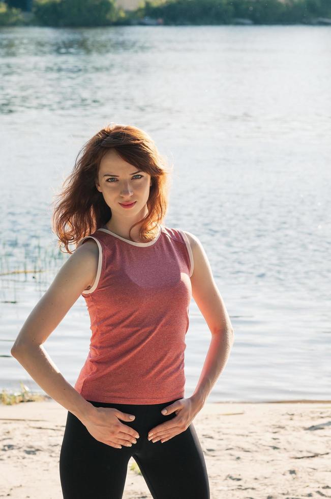 in forma bella ragazza pratica esercizio all'aperto sulla spiaggia foto