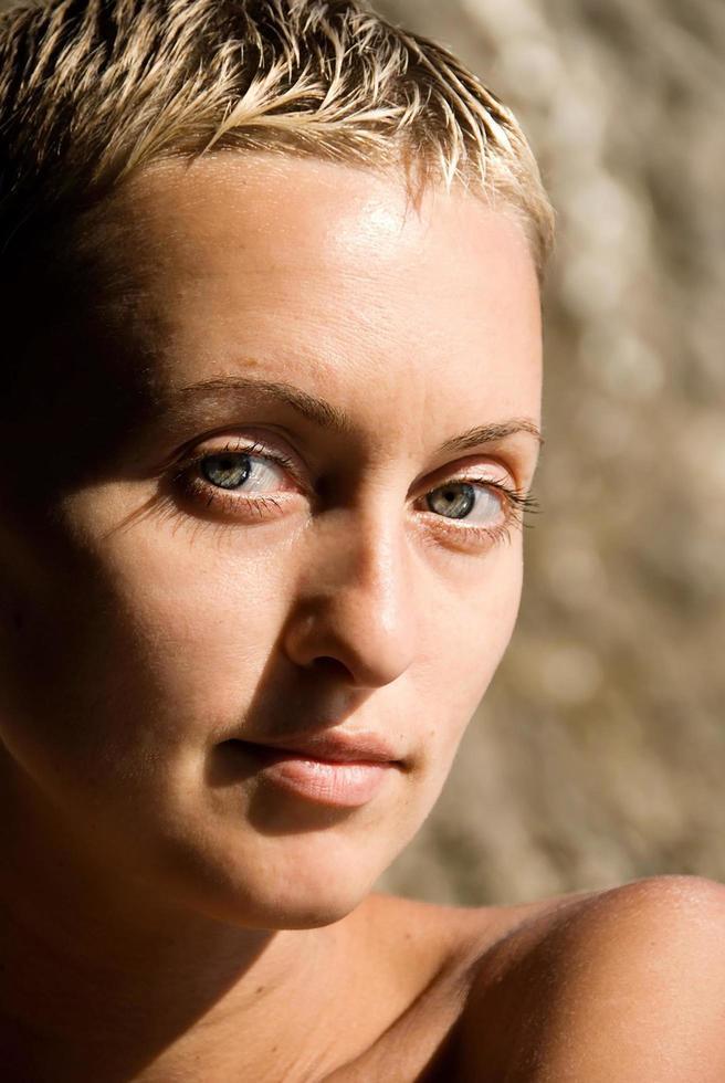 ritratto di ragazza in primo piano, pelle sana, senza trucco, luce naturale del giorno foto