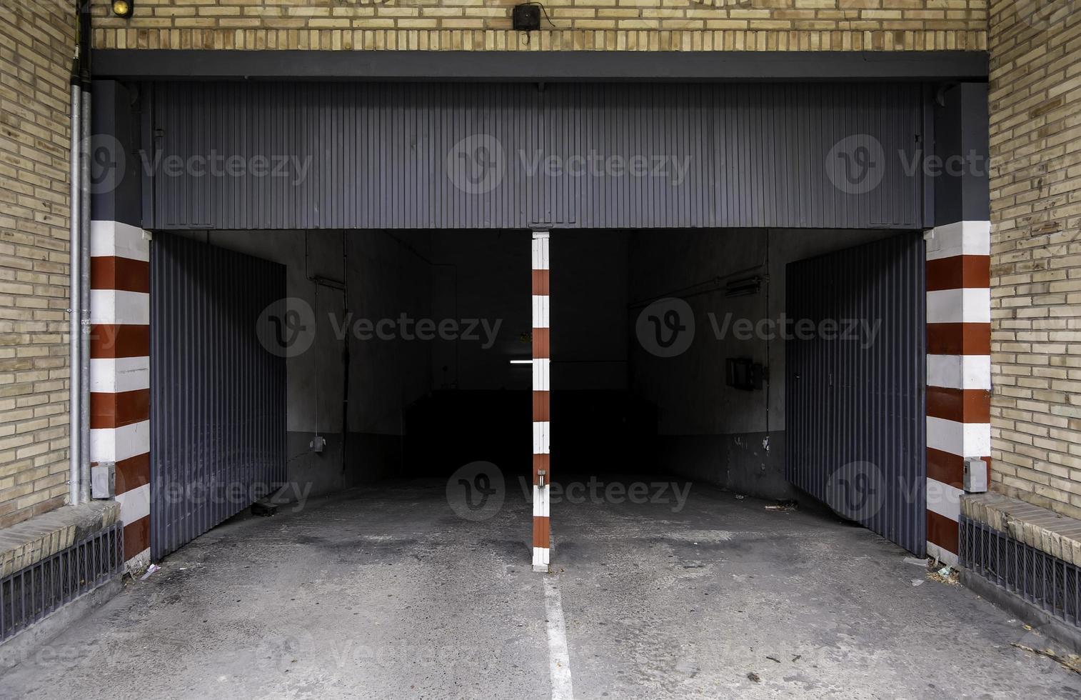 ingresso al garage sotterraneo foto