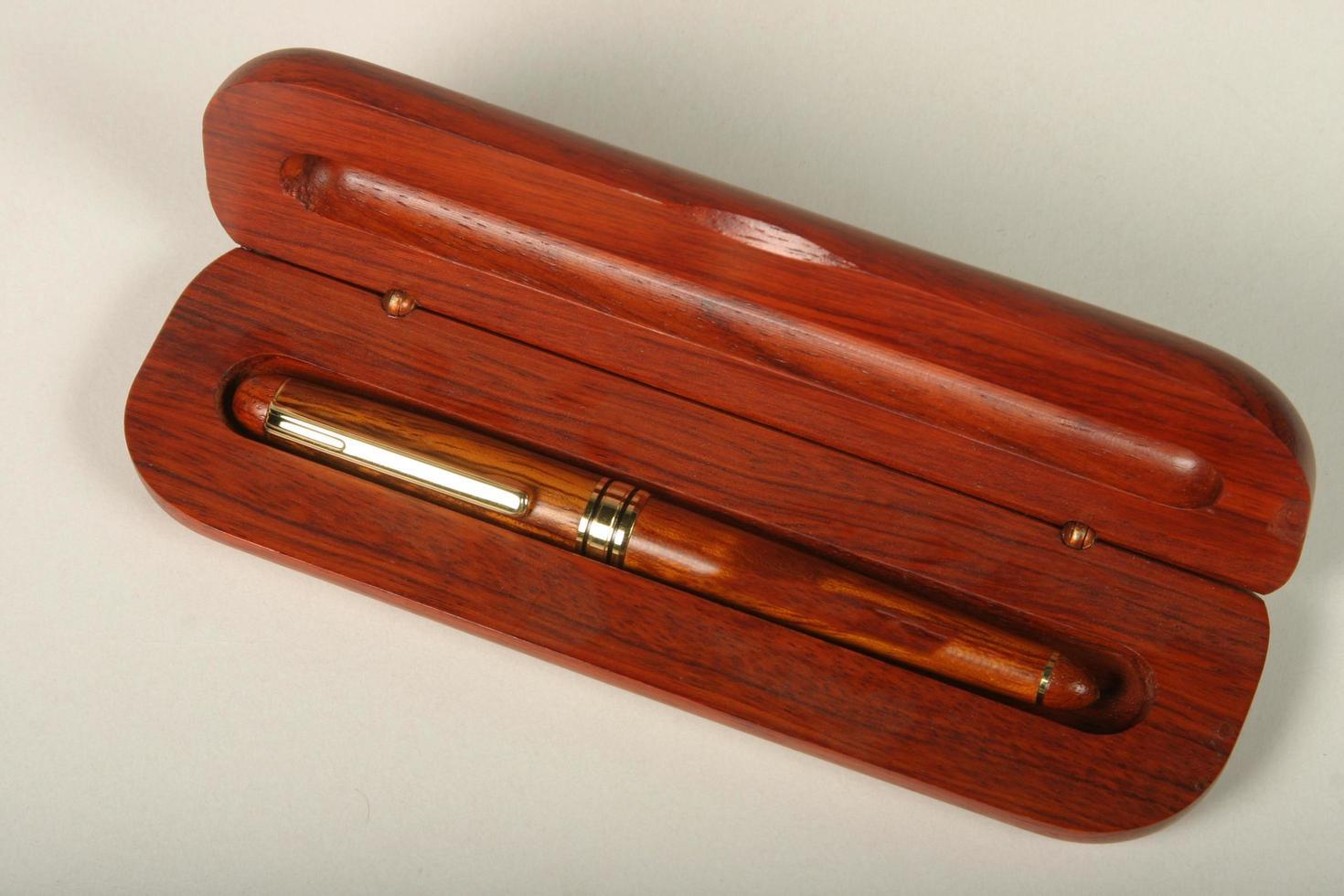 set di matite di qualità in legno e metallo foto