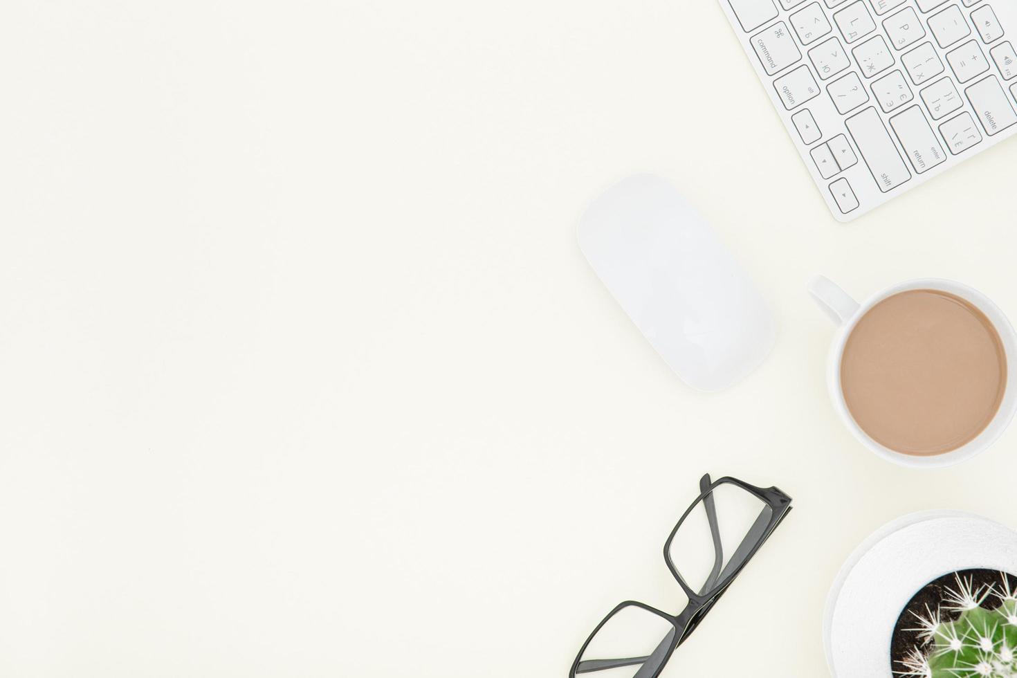 scrivania da ufficio bianca con laptop foto