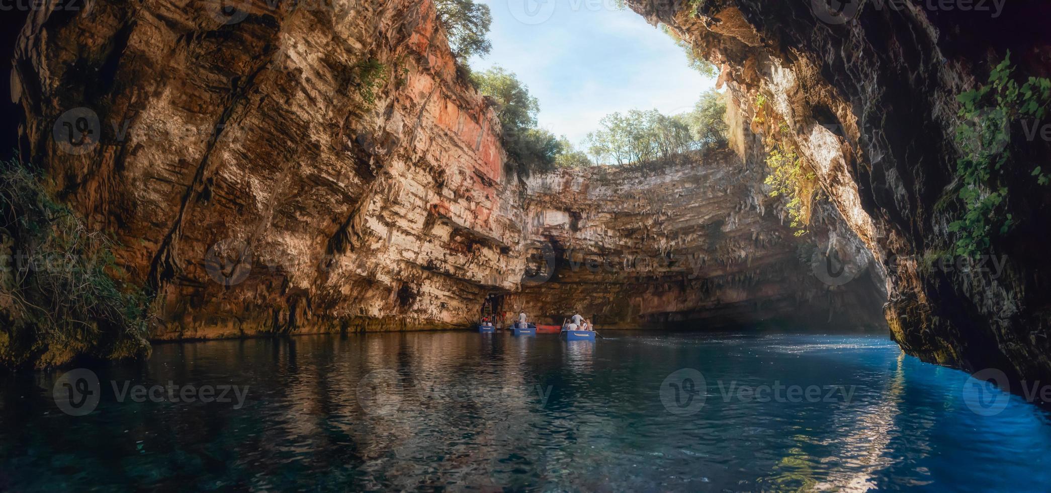 Grotta di Melissani o lago Melissani vicino alla città di Sami sull'isola di Cefalonia, in Grecia. foto panoramica artistica colorata. concetto di turismo.