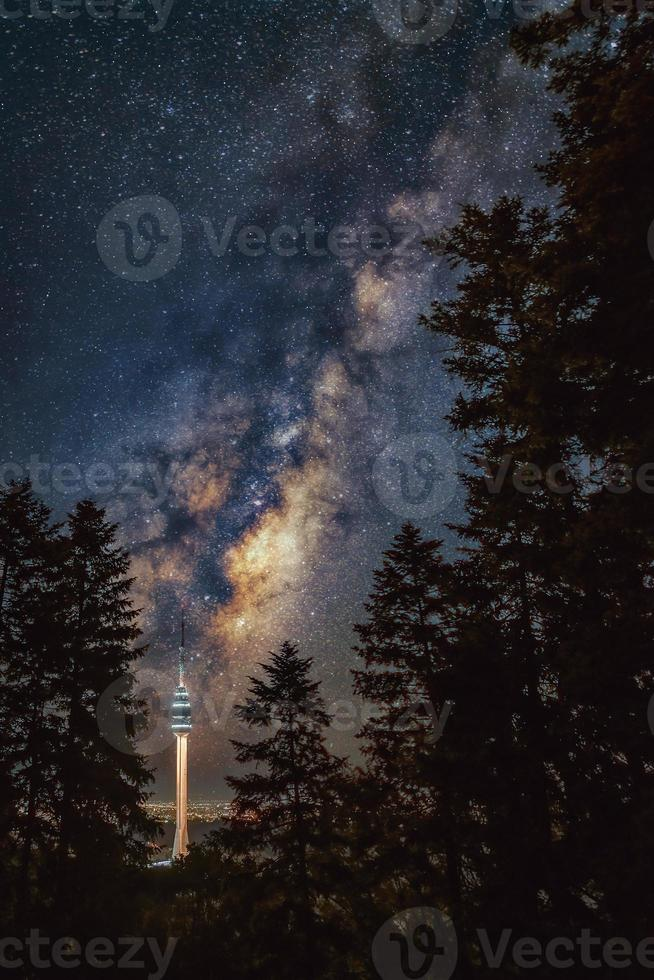 galassia della via lattea sopra la torre di avala tra un'enorme foresta di pini, avala, belgrado, serbia, europa. foto