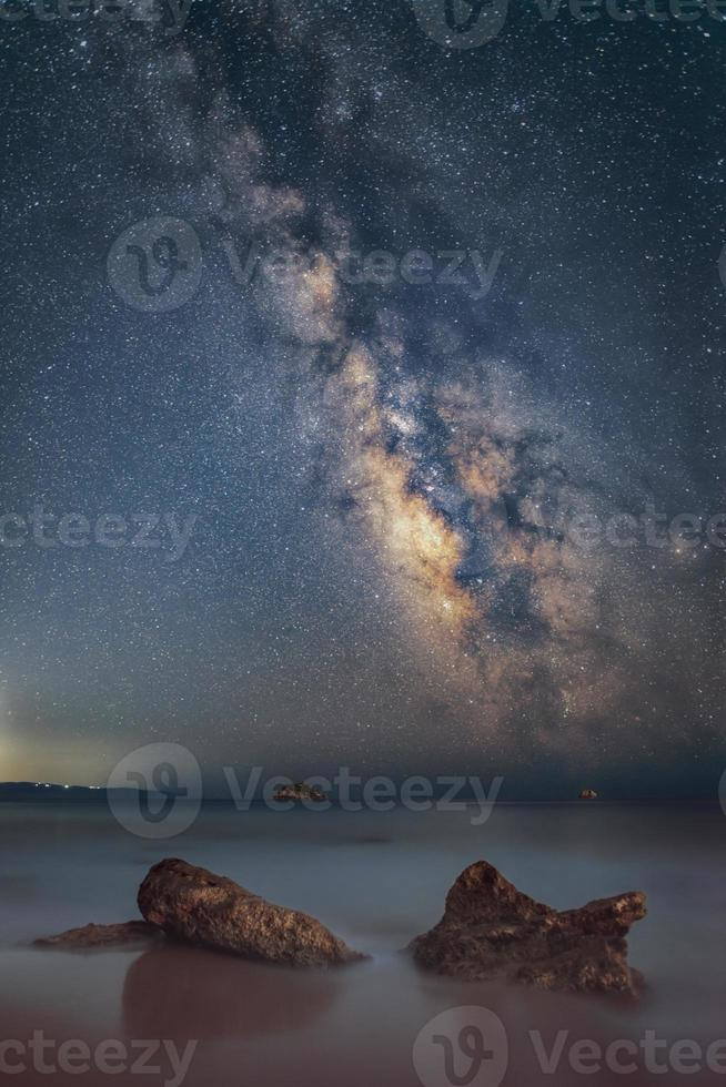 galassia della Via Lattea sopra l'isola di Zante catturata dall'isola di Cefalonia, in Grecia. il cielo notturno è astronomicamente accurato. foto