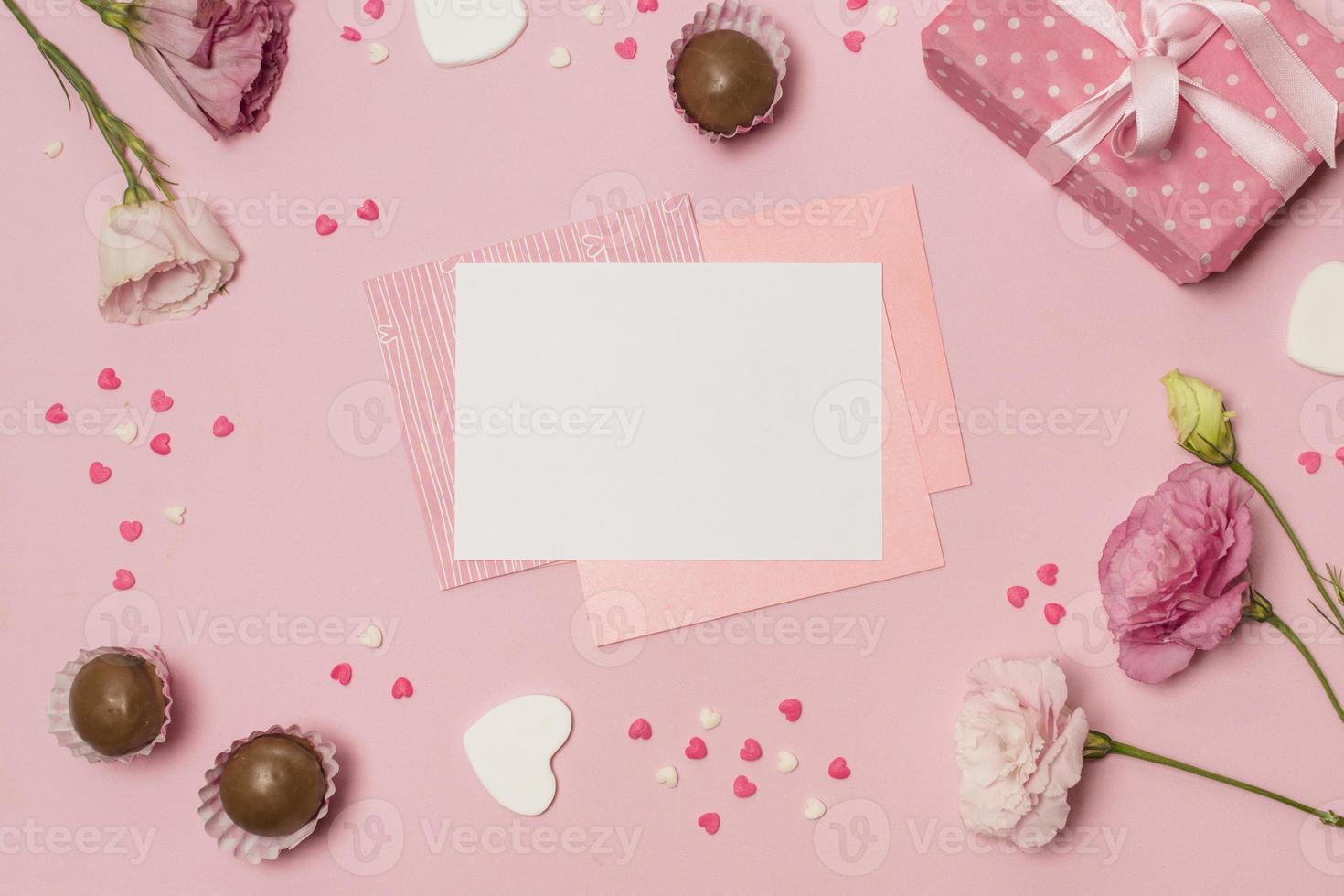 cuori, dolci, confezione regalo e fiori foto