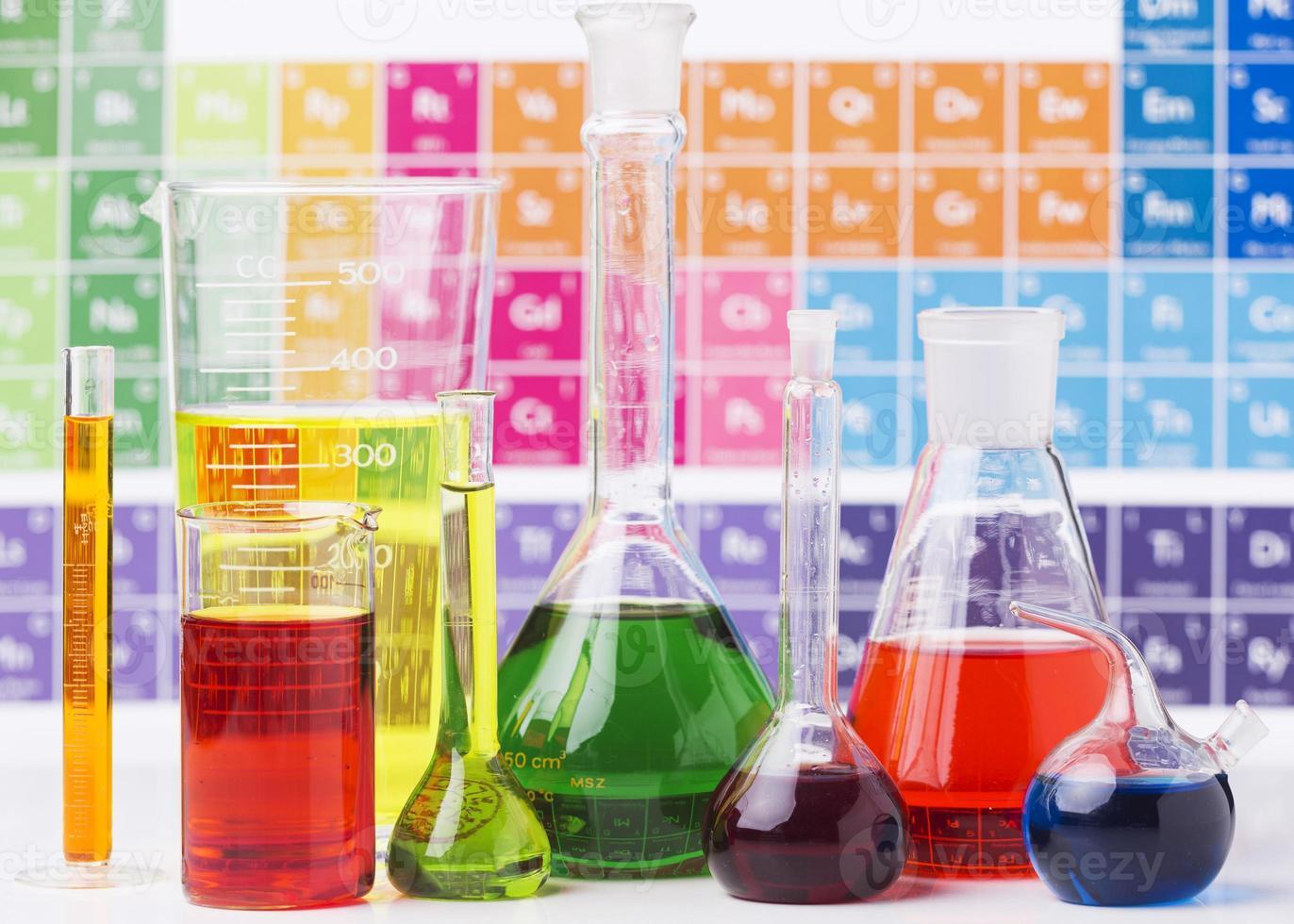 elementi scientifici con assortimento di prodotti chimici foto