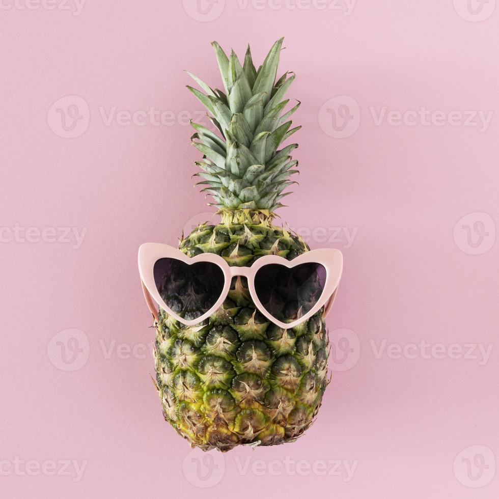 ananas con occhiali da sole a forma di cuore foto