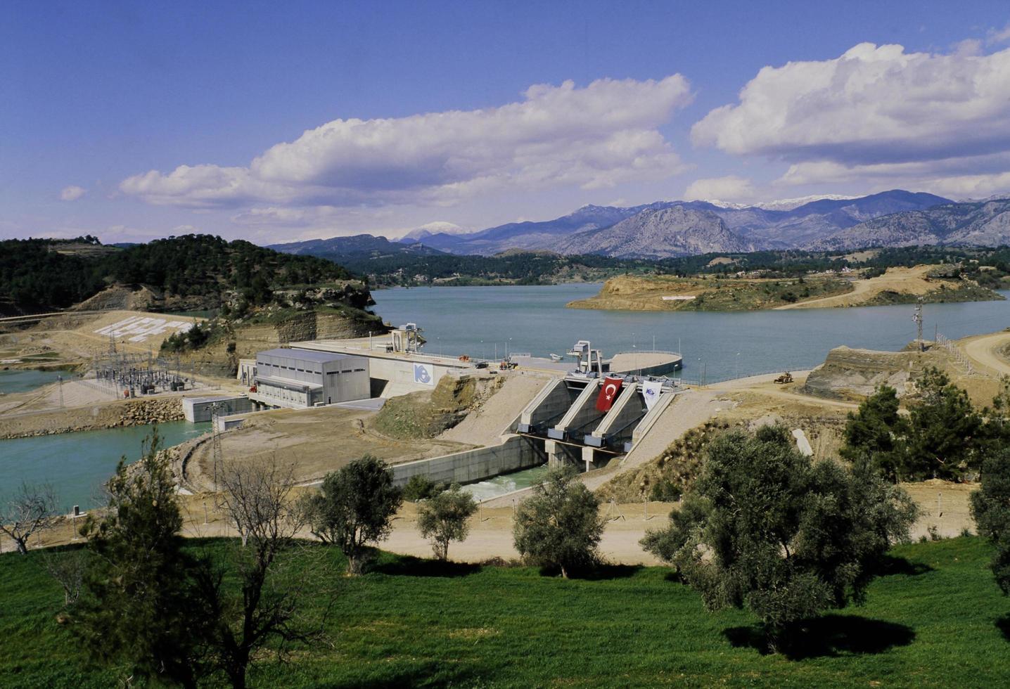 diga di kepez, lago della diga e centrale idroelettrica ad adana foto