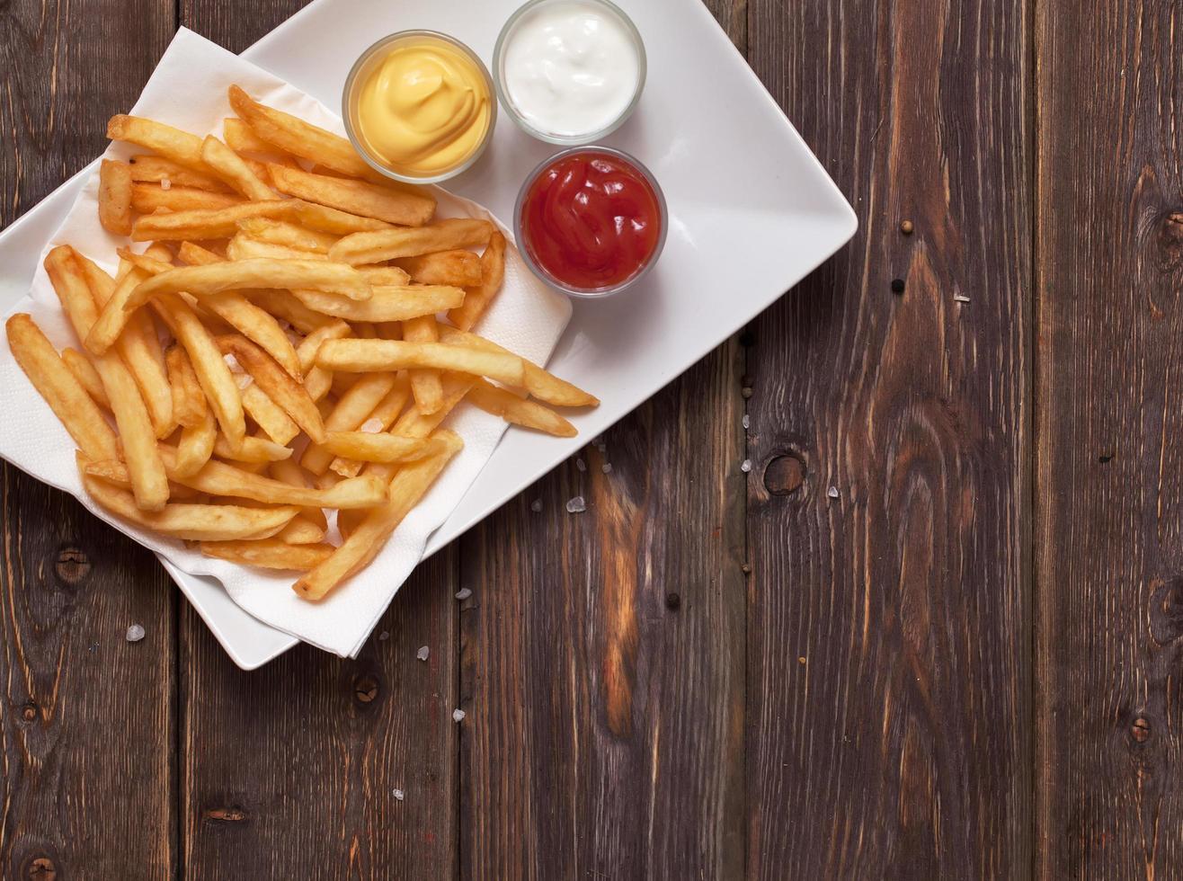 patatine fritte su tavola di legno foto