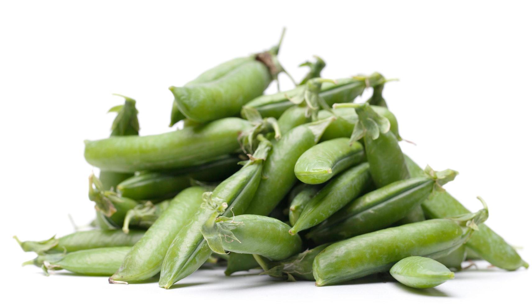 piselli freschi verdi isolati su sfondo bianco foto