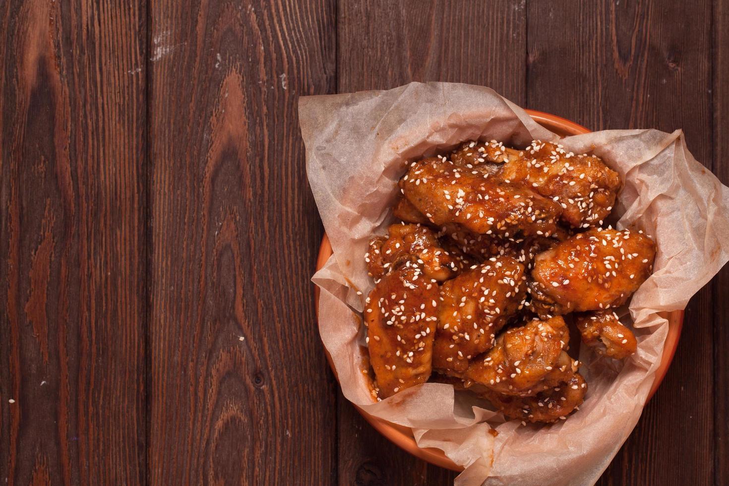 ali di pollo su un tavolo di legno foto