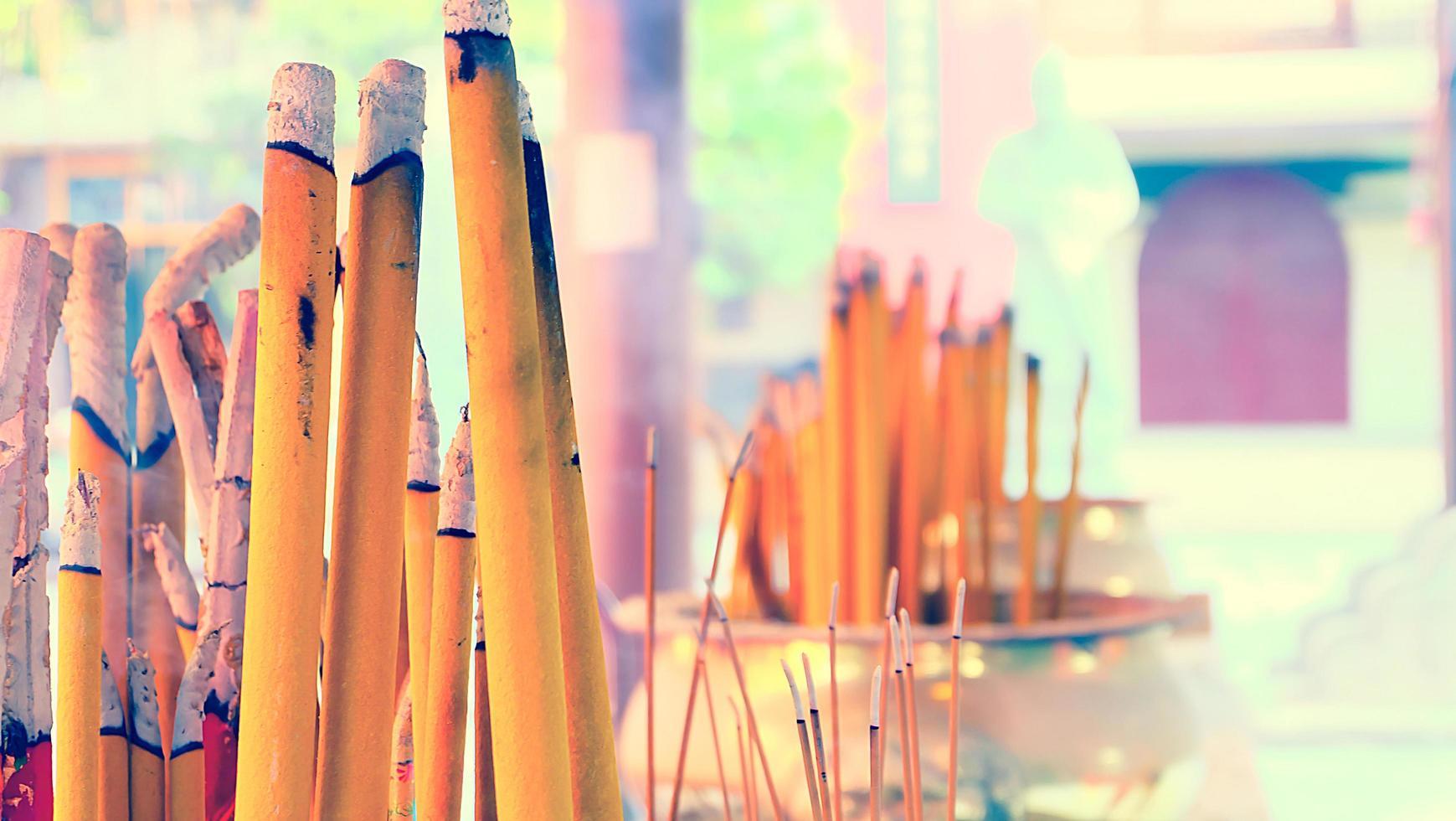 Fumare bastoncini di incenso in un tempio di Hong Kong. tiro orizzontale foto